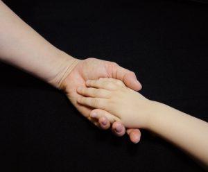ידיים אוחזות אחד בשניה כחלק מטיפול רגשי