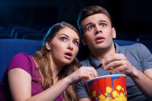 זוג רואה סרט - כחלק מטיפול רגשי