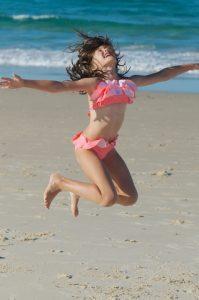 ילדה קופצת מאושר טיפול ברגש