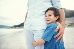 ילד מחבק את אביו לאחר טיפול רגשי
