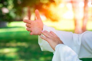 תנועת ידיים על טיפול רגשי